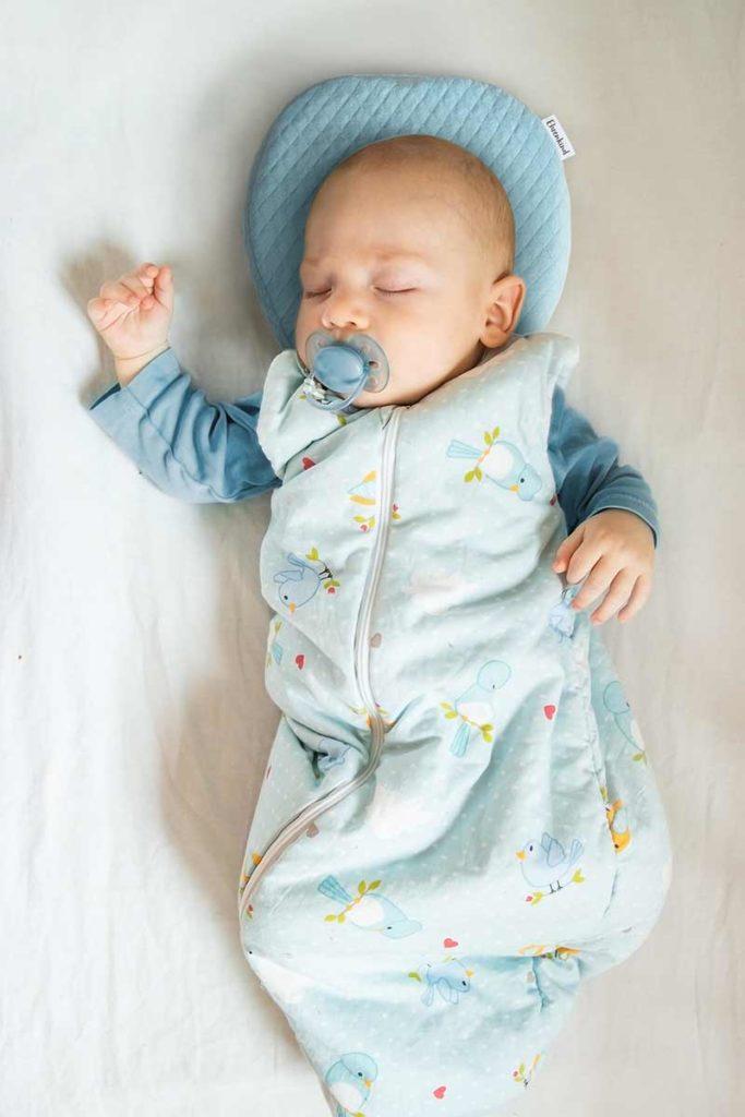 Schlafendes Baby auf Ehrenkind Babykissen