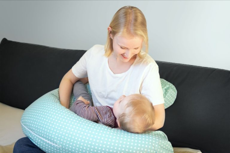 Stillende Mutter mit Stillkissen (EPS Mikroperlen)