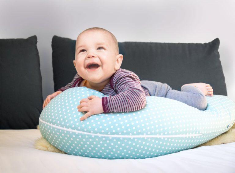 Baby auf Stillkissen