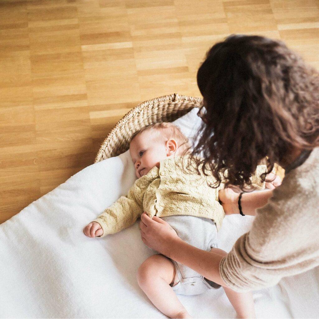 Baby liegt auf weicher Krabbeldeck